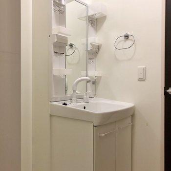 独立洗面台も付いているので、朝の準備が捗りそうですね。