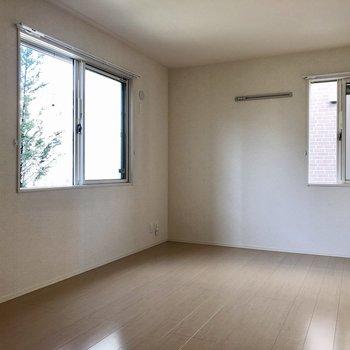こちらも2面採光で明るいお部屋。