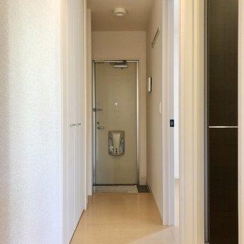 廊下を挟んで洋室へ。