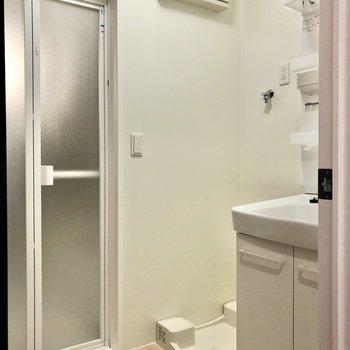 脱衣所には洗濯機置場もあります。