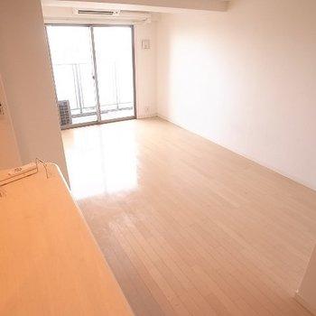 縦長リビングなので家具でゾーニングを。(※写真と文章は14階の同間取り別部屋のものです)