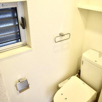 トイレにも小窓がついていました。何かおけそうです。