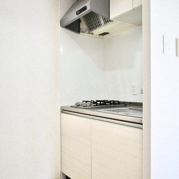キッチンの背中側には冷蔵庫をおきましょう!