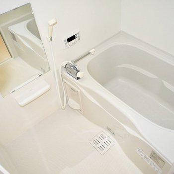 お風呂には小窓がついています!