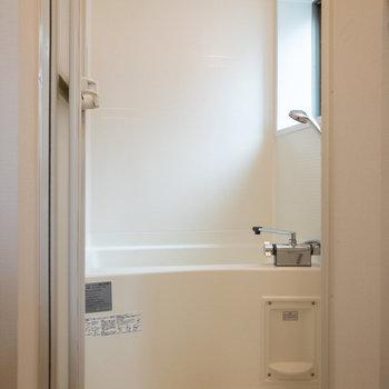 浴室乾燥機付き。小窓があるので換気もスムーズにできそうです。