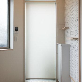 玄関です。ロールスクリーンで外からの視界を遮れます。