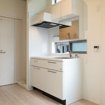 キッチンには鏡が付いています。洗面台としても使うことができます。