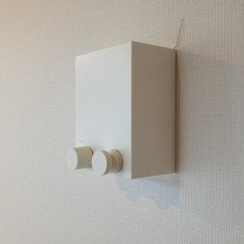 はしごの近くには室内干し用のワイヤーがあります。向かい側の壁に引っ掛けて使います。