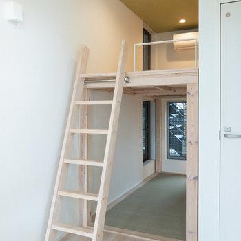 はしごを登ってロフトスペースへ。