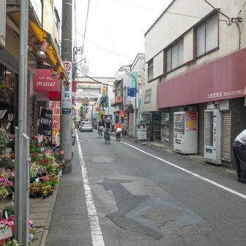 駅前の商店街には飲食店や花屋さんがあります。