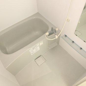 浴室はシンプル。バスタブの形がキュートですね。