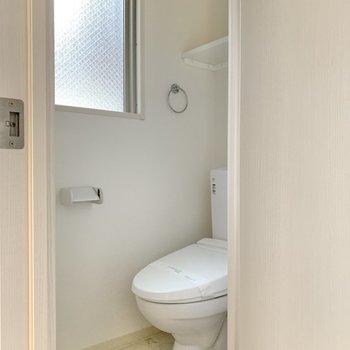 トイレは温水洗浄便座付き。窓は開閉できませんが、光を採り込めますよ◎