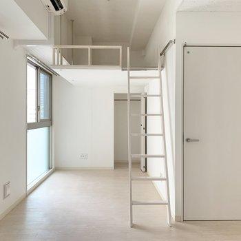はしごをつけるとこんな感じ。白空間だからか、圧迫感もそんなにありません。