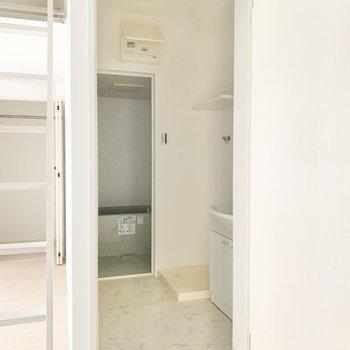 ではサニタリールームへ。奥側には洗濯機を置きましょう。