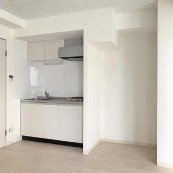 キッチンも白。隣には、白色の冷蔵庫を持ち込みたいな。