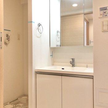 サニタリールームは廊下からもキッチンからも入ることができます。※写真はクリーニング前のものです