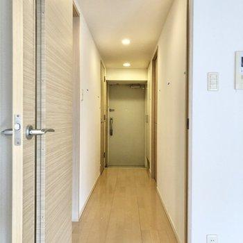 廊下は玄関まで一直線に続いていました。