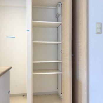 【LDK】横の収納には食器などを入れておこうかな。※写真はクリーニング前のものです