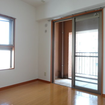 玄関横の洋室。ここも2面窓。風通しがよくて気持ちいい!(※写真は7階の同間取り別部屋のものです)