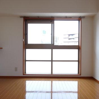 リビング横の洋室。窓横の小さな棚には素敵なディスプレイを♪(※写真は7階の同間取り別部屋のものです)
