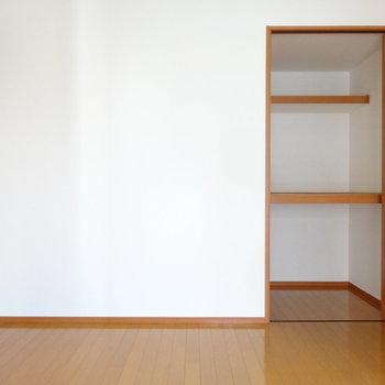 この部屋にもクローゼット。収納グッズを入れて上手にしまって♪(※写真は7階の同間取り別部屋のものです)