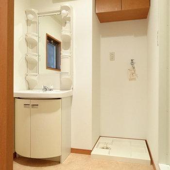 脱衣所に洗濯機置場と洗面台。上の戸棚も助かる◎(※写真は7階の同間取り別部屋のものです)