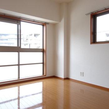 角部屋なので2面窓。とっても明るい!(※写真は7階の同間取り別部屋のものです)