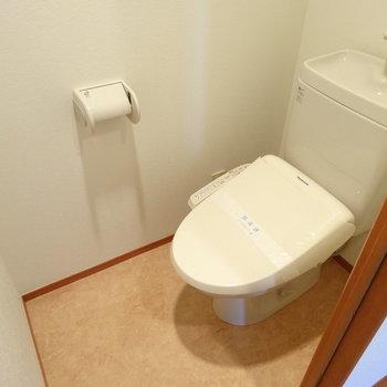 トイレはウォシュレット付きでキレイ!(※写真は7階の同間取り別部屋のものです)