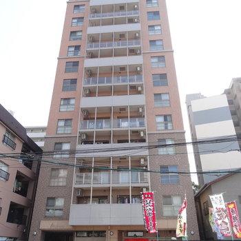 1階は飲食店。オートロック付きのしっかりしたマンション。