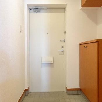 土間も広々◎ホワイトがかわいい玄関。(※写真は7階の同間取り別部屋のものです)
