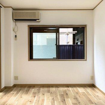 ベッドは窓際横向きに置くと◎