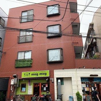 1階にアジア料理のお店が入った建物です。
