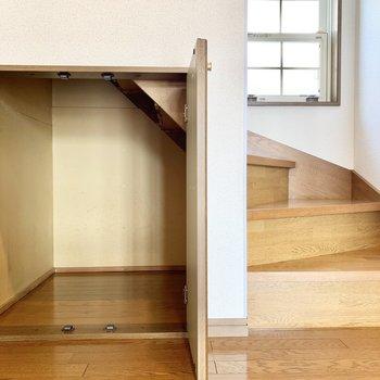 階段下を利用した収納スペース。