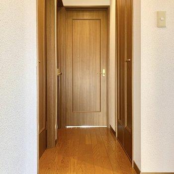 廊下から3部屋に分けられます。