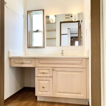 洗面台もキッチンと同じ淡い木製の特注タイプ。