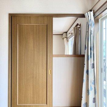 【約6帖洋室】お隣のお部屋とは引き戸で繋がっています。