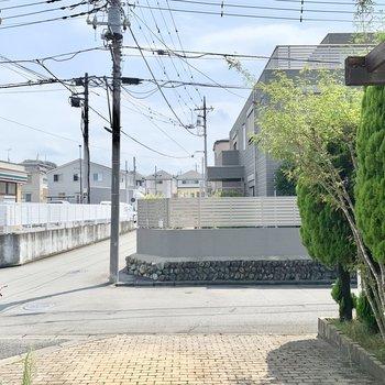 右は美しい邸宅、左前方にすぐコンビニがありますよ。