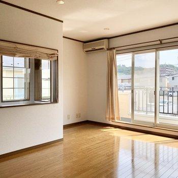 【約10.5帖洋室】こちらは東に小窓のある美しいお部屋。