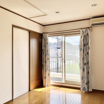 【約6帖洋室】カーテンも設置済みなので引っ越しも手軽にできますよ。