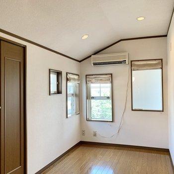 【約4.5帖洋室】北側のお部屋は東にも窓があるので清々しい光が入ります。