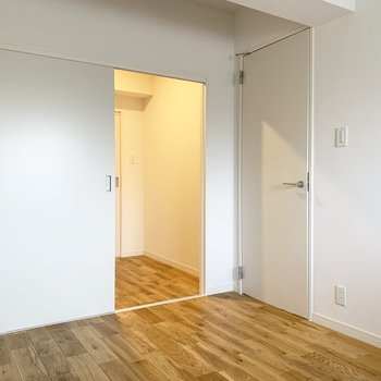 【寝室イメージ】寝室とリビングをつなぐウォークスルー※床材はヤマグリになります