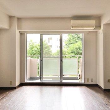 【LDK】大きな窓から暖かな光が差し込みます。