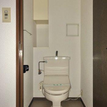トイレへ。トイレットペーパーなどは上に入れておけますね。