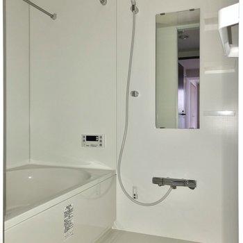 お風呂には追焚機能も付いています。※写真はフラッシュを使用しています