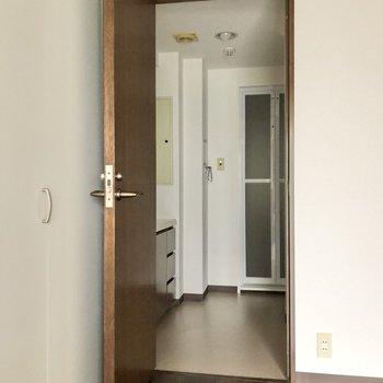 【洋室】左のドアを開けるとサニタリールームへと続いていました。※写真は通電前のものです