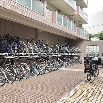 建物側面に駐輪場を発見。