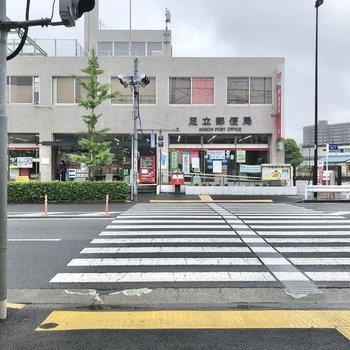 駅の目の前には郵便局。