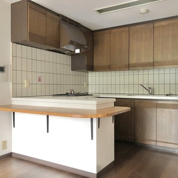 【LDK】上下に収納たっぷりのキッチンです。