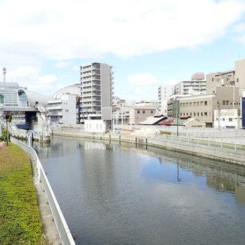 近くには川があります。