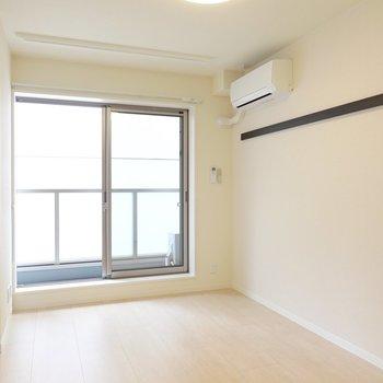 洋室は約7帖。ブラウンカラーの家具が似合うナチュラルな空間。